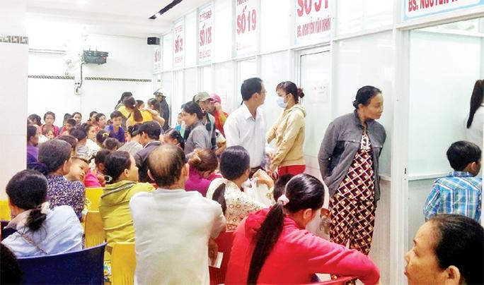 Phòng khám Phương Nam thu hút số người đến khám bệnh đông một cách bất thường Ảnh: Nhân Dân
