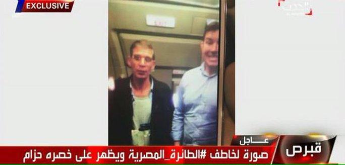 Ben Innes chụp ảnh lúc tên không tặc đeo đai bom giả trên người. Ảnh: Twitter