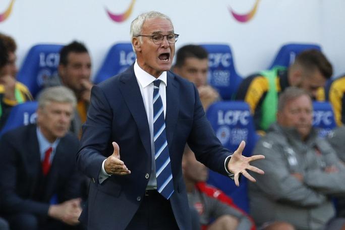 HLV Ranieri và đồng nghiệp Wenger (trái) dường như chưa tìm được cách làm mới lối chơi của đội nhà ở mùa giải mới