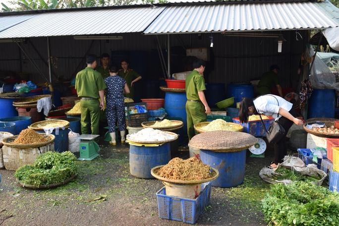 Lực lượng chức năng phát hiện măng chua chứa chất độc hại ở tỉnh Thừa Thiên - Huế Ảnh: QUANG NHẬT