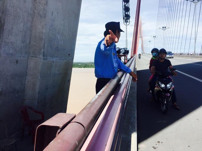 Bảo vệ cầu Cần Thơ nhiều lần ngăn cản người dân nhảy sông tự vẫn
