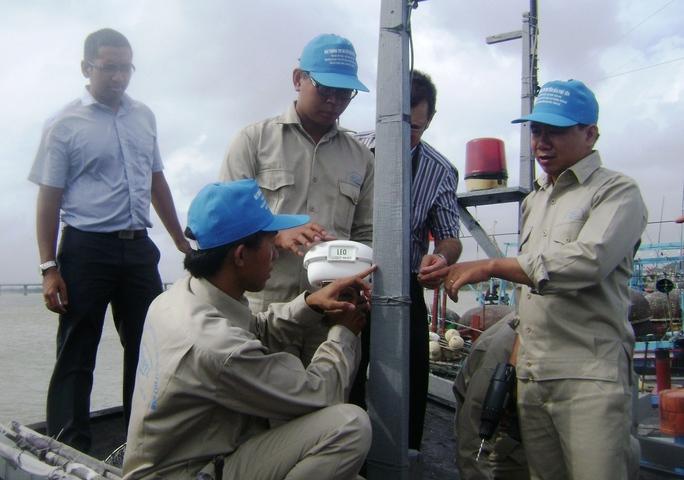 Lắp đặt thiết bị vệ tinh cho tàu cá Phú Yên Ảnh: Hồng Ánh