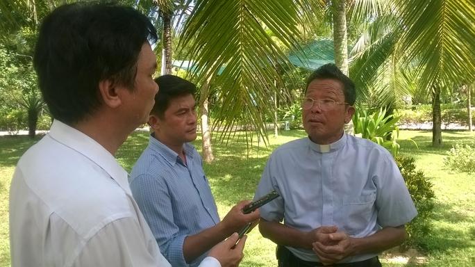 Linh mục Anton Nguyễn Trường Thăng (bìa phải) cung cấp nhiều thông tin, tư liệu mới về chữ Quốc ngữ và Dinh trấn Thanh Chiêm