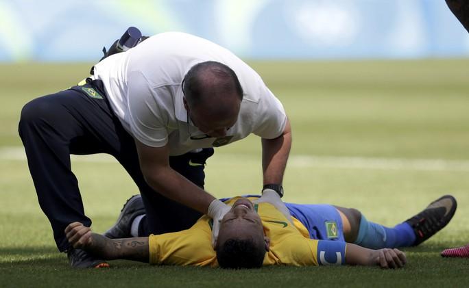 Sau bàn thắng, Neymar gục trên sân