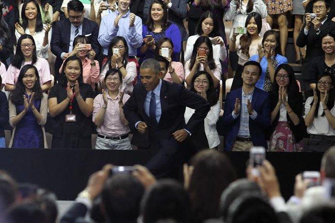 Khi bước vào khán phòng tập trung hàng trăm bạn trẻ Việt Nam, Tổng thống Mỹ chạy lên bục phát biểu trong tiếng vỗ tay giòn giã. Dù thừa nhận tóc đã bạc, nhưng Tổng thống Obama nói rằng ông vẫn còn trẻ, và khi rời nhiệm sở ông vẫn sẽ tiếp tục những công việc trước đây, có khác một điều là ông đã nổi tiếng hơn. Ảnh: Hoàng Triều