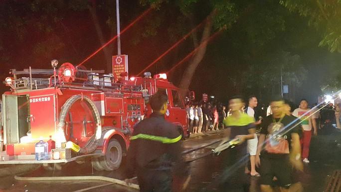 Đến nửa đêm, lực lượng chữa cháy cơ bản khống chế được vụ cháy