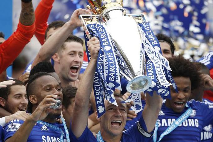 Terry ăn mừng chức vô địch Champions League cùng đội bóng