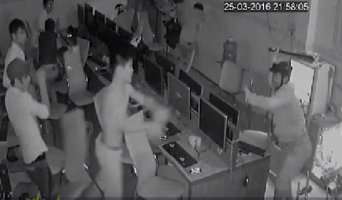Đối tượng đội mũ bảo hiểm cầm đao chém người tại quán internet - ảnh Camera an ninh ghi lại