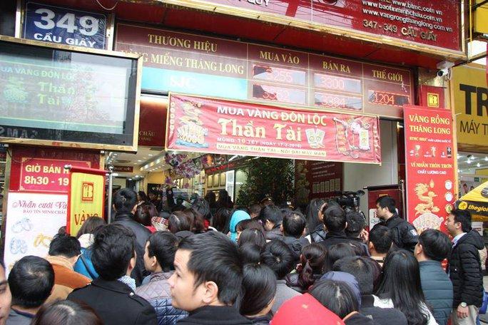 Người dân chen chúc xếp hàng mua vàng cầu may tại cửa hàng vàng bạc Bảo tín Minh Châu trên phố Cầu Giấy