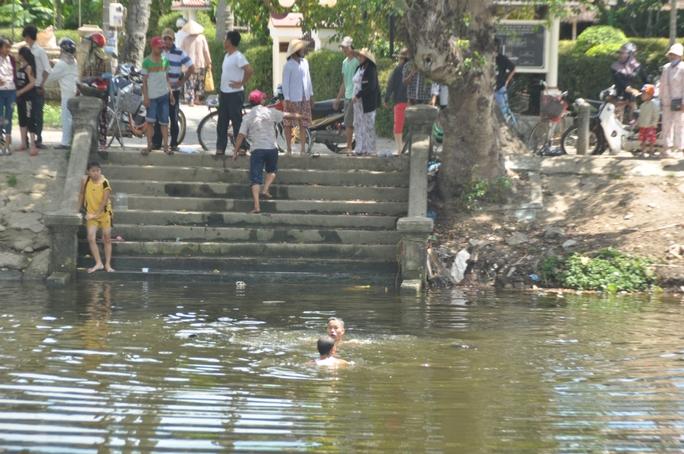 Người dân lặn tìm những đứa trẻ bị chết đuối
