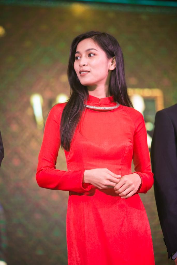 Nữ diễn viên Nhung Kate duyên dáng với áo dài đỏ