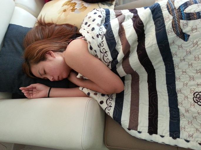 Chị Huệ ngủ nhiều sau khi bị mất tích trở về Ảnh: Ánh Bình