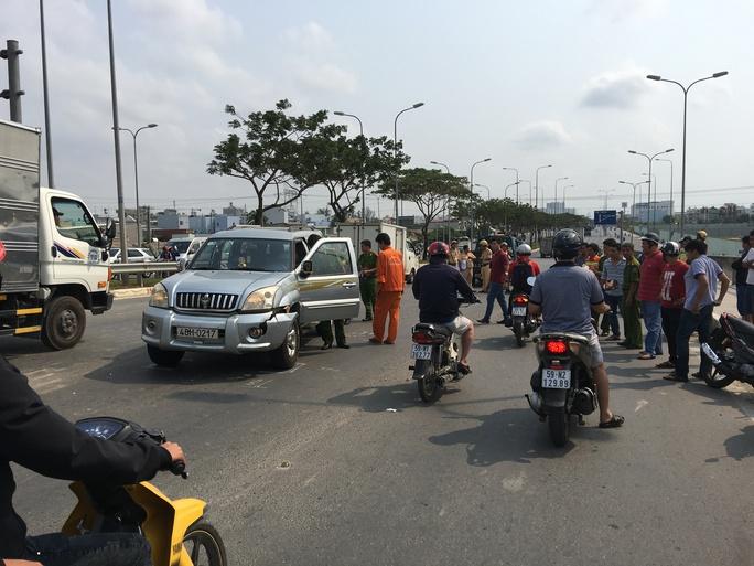 Chiếc ô tô Đông lái tông vào nhiều xe và lạng lách trên đường