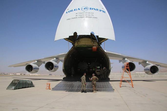 Lô hàng thiết bị quân sự đầu tiên được Trung Quốc viện trợ cho Afghanistan. Ảnh: khaama