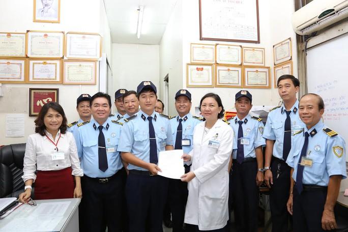 Anh Đặng Hoàng Nam được tuyên dương sau khi trả lại tiền, vàng cho bệnh nhân