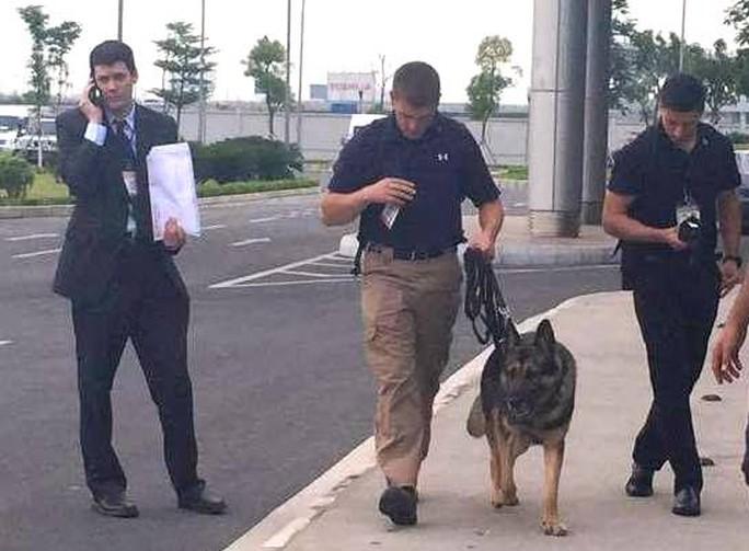 Lực lượng mật vụ Mỹ và chó nghiệp vụ tại khu vực Nhà khách VIP A sân bay quốc tế Nội Bài chiều tối 22-5 - Ảnh: Nguyễn Hưởng