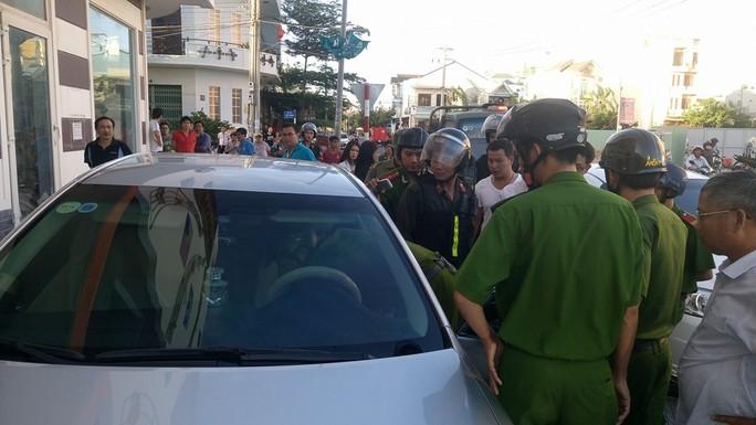 Lực lượng chức năng đang kiểm tra hành chính và lục soát bên trong chiếc xe Camry