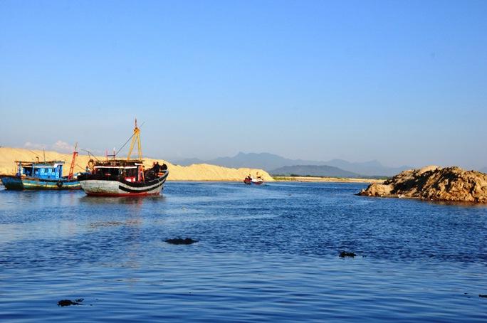 """Cửa biển Cổ Lũy đang """"chết"""" dần vì bị bồi lấp nhưng địa phương không có tiền giải cứu"""