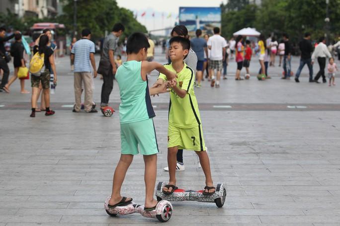 Xe điện cân bằng gây nguy hiểm cho người chơi lẫn du khách ở phố đi bộ Nguyễn Huệ Ảnh: HOÀNG TRIỀU