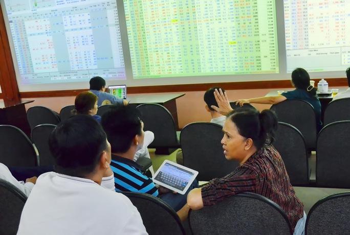 Các nhà đầu tư trao đổi tại sàn giao dịch chứng khoán SSI Ảnh: Tấn Thạnh