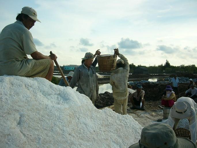 Diêm dân vẫn chưa thể khá lên trên ruộng muối