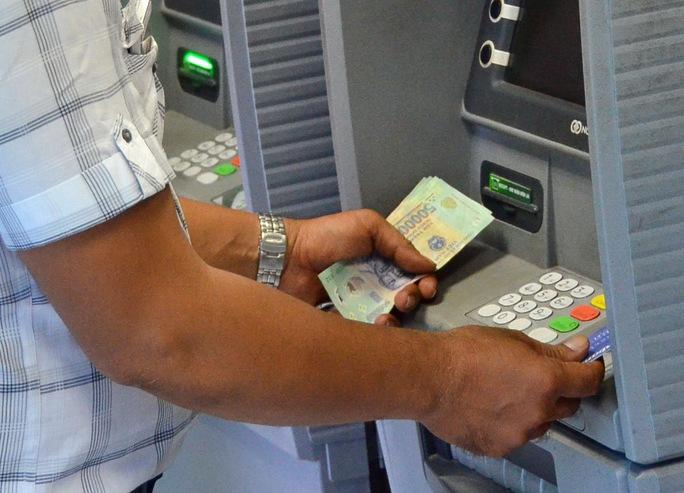 Phí ATM cao khiến khách hàng bực mình. Ảnh: Tấn Thạnh