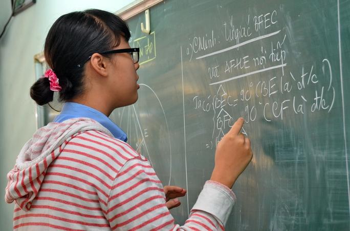 Học sinh lớp 9 Trường THCS Nguyễn Văn Tố (TP HCM) đang ôn thi toán, chuẩn bị cho kỳ thi vào lớp 10 Ảnh: TẤN THẠNH