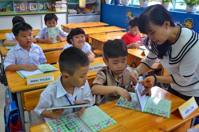 Cô và trò Trường Tiểu học Minh Đạo (quận 5, TP HCM) chuẩn bị sách vở cho năm học mới Ảnh: Tấn Thạnh