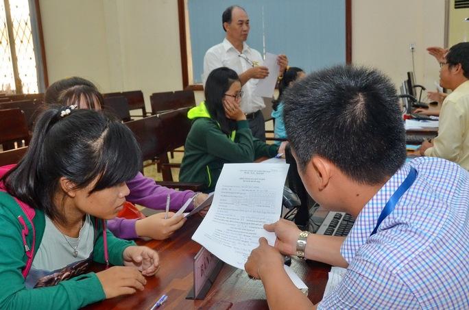 Hướng dẫn thí sinh đăng ký xét tuyển nguyện vọng bổ sung tại một trường ĐH ở TP HCM Ảnh: Tấn Thạnh