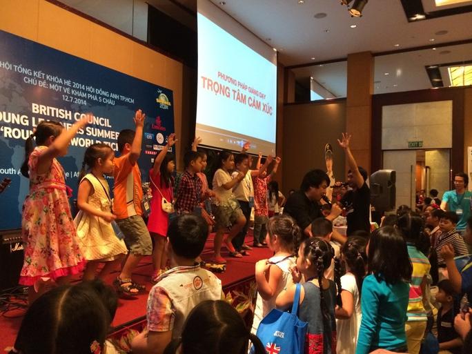 Một buổi dạy âm nhạc cho trẻ em của nhạc sĩ - ca sĩ Thanh Bùi ở trường của Hội đồng Anh. Ảnh: Thúy An