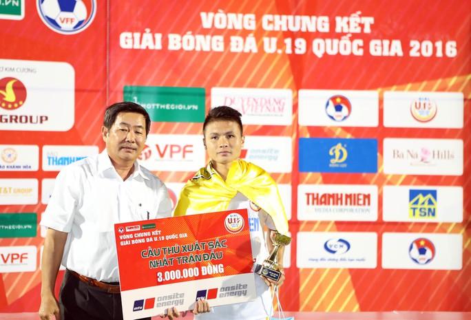 Quang Hải nhận giải Cầu thủ xuất sắc nhất trận chung kết