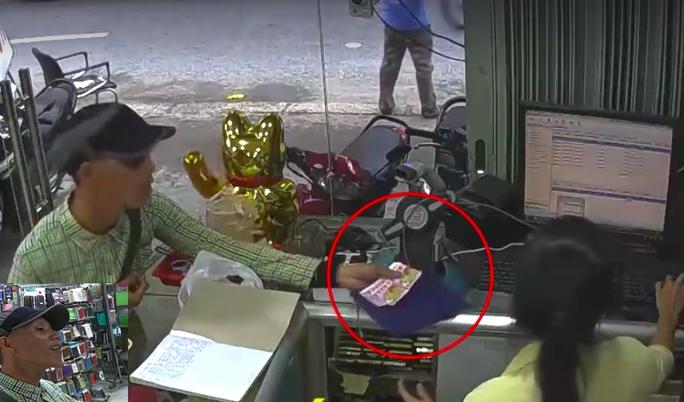 Tên trộm giả danh bán vé số để ăn cắp điện thoại di động tại một cửa hàng trên đường Nguyễn Tri Phương,  quận 5, TP HCM