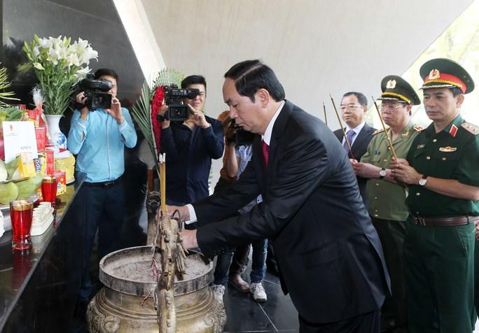 Chủ tịch nước Trần Đại Quang dự lễ kỷ niệm 62 năm Chiến thắng lịch sử Điện Biên Phủ, thắp hương tưởng nhớ các anh hùng liệt sĩ Ảnh: TTXVN
