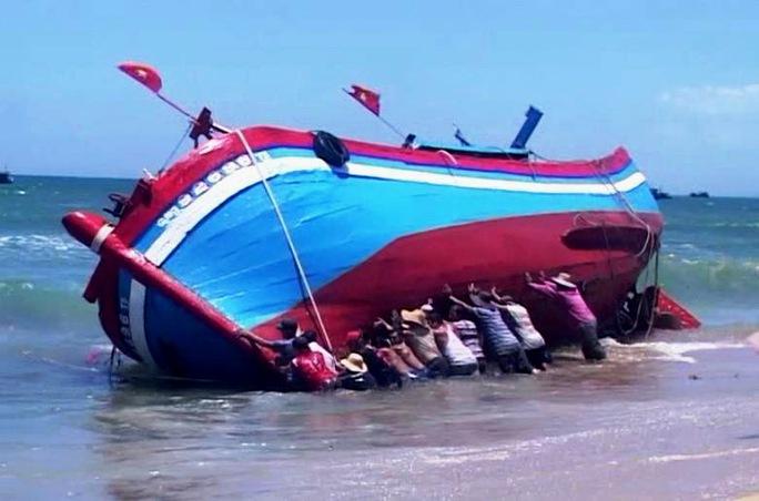 Tàu cá của ngư dân Võ Văn Vinh bị mắc cạn ngày 13-7 vừa qua tại cửa biển Cổ Lũy