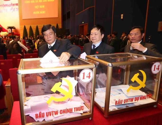 Các đại biểu bỏ phiếu bầu BCH Trung ương khóa XIIẢnh: Tấn Thông