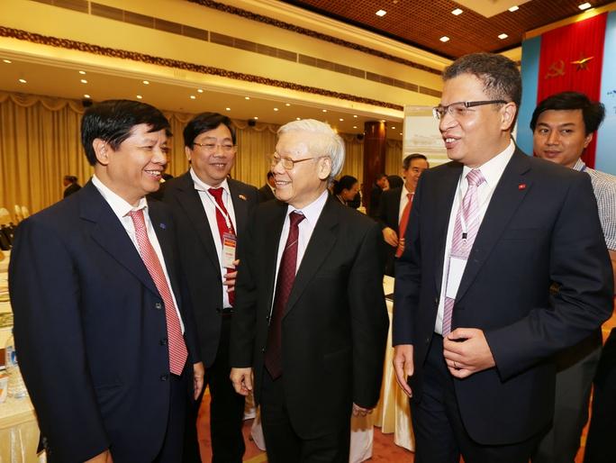 Tổng Bí thư Nguyễn Phú Trọng trao đổi với các đại biểu tại Hội nghị ngoại giao lần thứ 29Ảnh: TTXVN