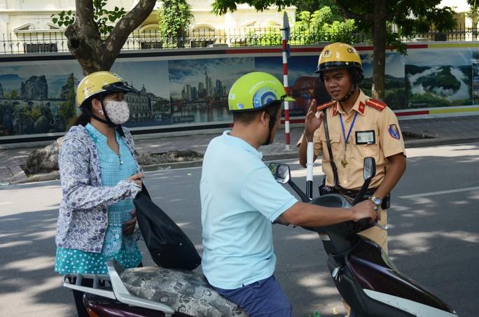 Một trường hợp điều khiển phương tiện giao thông vượt đèn vàng bị CSGT Hà Nội xử lýẢnh: Nguyễn Hưởng