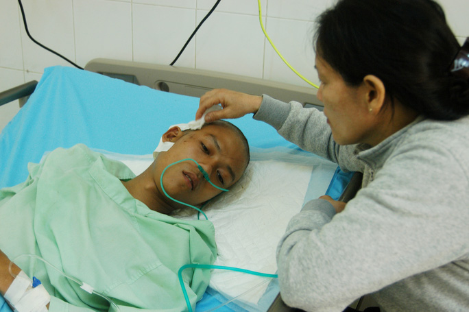 Ông Tân Khoa, cán bộ Ban Quản lý rừng Nam Ban, đang điều trị sau khi bị nhóm người manh động chém vào đầu, hôm 8-8 Ảnh: Đình Thi
