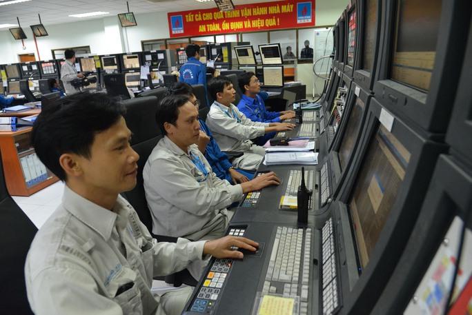 Các kỹ sư vận hành sản xuất tại Nhà máy Lọc dầu Dung Quất Ảnh: TỬ TRỰC