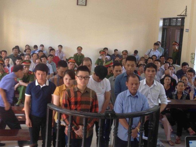 """Minh """"Sâm"""" (hàng đầu, từ phải sang) cùng các đồng phạm tại phiên xử ngày 1 và 2-6 Ảnh: Nguyễn Hưởng"""