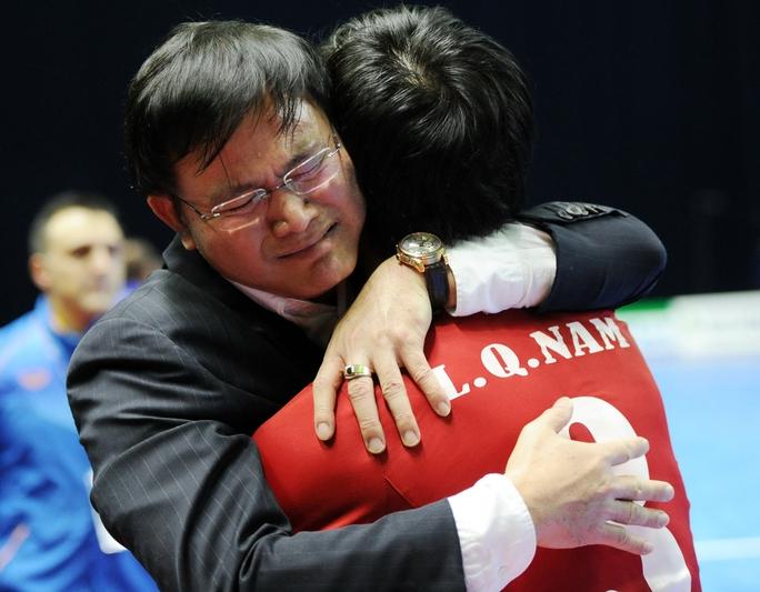 Ông Trần Anh Tú chia vui cùng các tuyển thủ sau chiến thắng trước Nhật Bản đêm 18-2 Ảnh: Quang Thắng