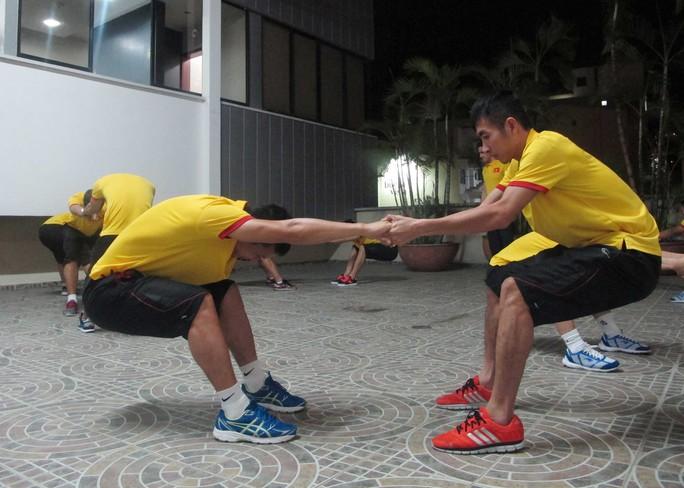 Bảo Quân (trái) và Trọng Luân luyện tập trước trận gặp đội ÝẢnh: Nhật Đoàn