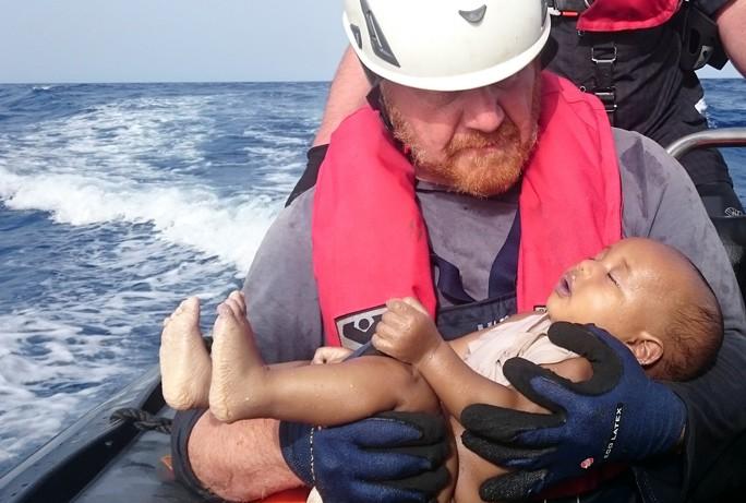 Tấm ảnh gây xúc động chụp một em bé di cư thiệt mạng trên Địa Trung Hải vào tuần rồi Ảnh: REUTERS