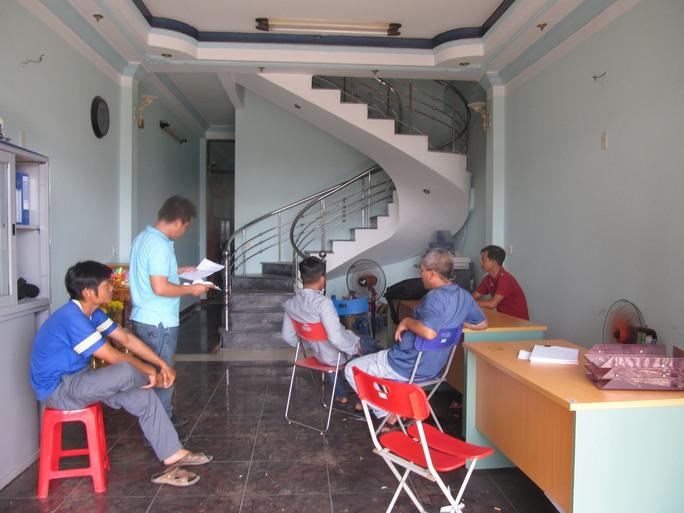 Người lao động kéo đến văn phòng Công ty TNHH Hà Thịnh Phát để tìm gặp lãnh đạo công ty đòi quyền lợi