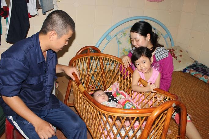 Gia đình anh Ngô Trung Hiếu hạnh phúc trong căn phòng nhỏ tại khu lưu trú Công ty CP SX Trà Hùng Phát