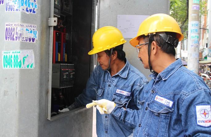 Ông Nguyễn Hoàng Chi (phải) chỉ dẫn thợ trẻ tác nghiệp ngoài hiện trường
