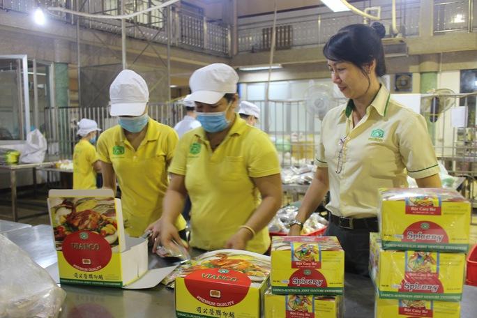 Gần gũi và sống hết mình với công nhân là phong cách làm việc của chị Lê Thị Thanh Thủy (bìa phải), Chủ tịch Công đoàn Xí nghiệp Liên doanh Vianco