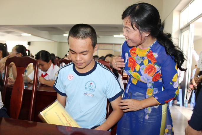 Bà Nguyễn Thị Gái, Phó Chủ tịch Công đoàn Giáo dục TP HCM, trò chuyện với em Trần Tiến Khang, nhiều năm được nhận học bổng Nguyễn Đức Cảnh