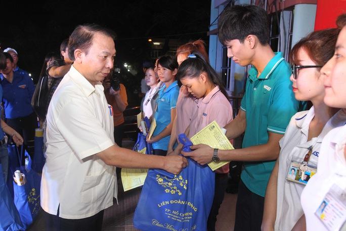 Ông Mai Đức Chính, Phó Chủ tịch Tổng LĐLĐ Việt Nam, tặng vé xe Tết cho công nhân Ảnh: HOÀNG TRIỀU