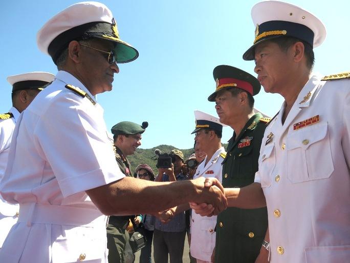 Chuẩn đô đốc Soonil V Bhokare – Tư lệnh hạm đội Miền Đông thăm Cảng quốc tế Cam Ranh